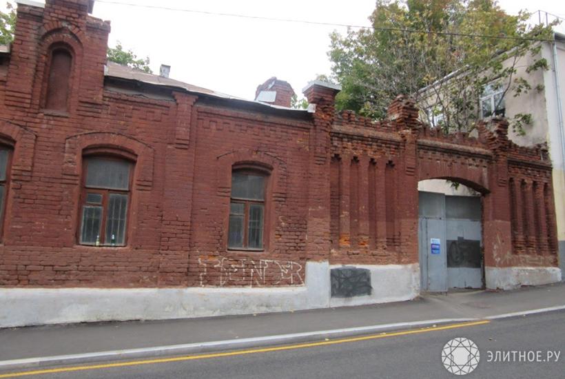 Сооружение бывшей конюшни усадьбы XIX века вцентре столицы выставили наторги